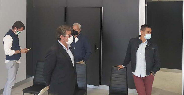 Javier González Calvo con Juanito, que parece mirar la puerta de salida, junto a Miguel Valenzuela y el consejero Adrián Fernández a la izquierda.