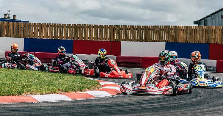 Varios kart eléctricos en competición.