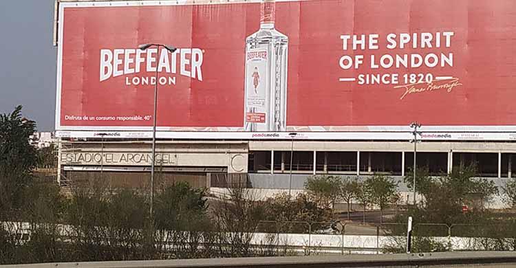 La vista de la lona publicitaria de El Arcángel desde la autovía.
