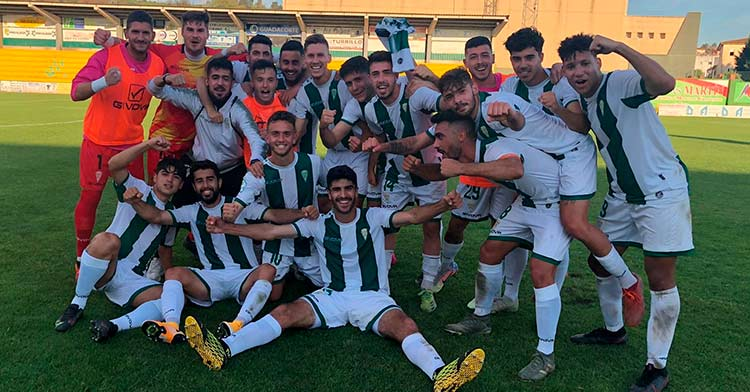 La alegría de la plantilla del filial blanquiverde tras su triunfo en Los Barrios (1-3).