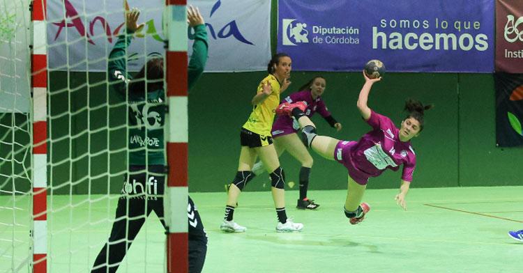 Lucía Vacas intentando anotar en un lanzamiento en caída. Foto: Fran Pérez / Balonmano Adesal