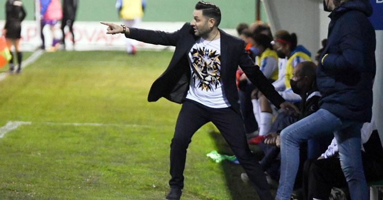 Manuel Fernández en una indicación desde su área técnica. Foto: CD Pozoalbense Femenino