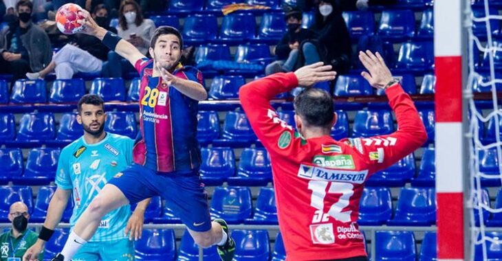 Álex Pascual encarando a Álvaro de Hita desde el extremo con Marcio Silva al fondo.