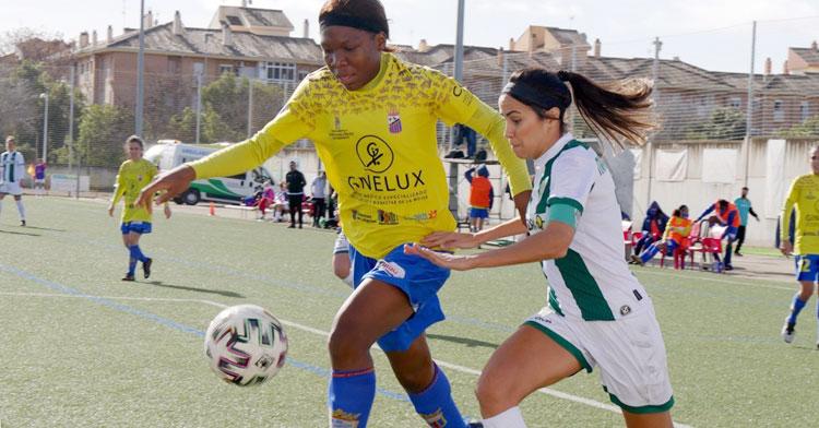 María Avilés peleando una pelota contra una rival. Foto: Antonio Quintero / Córdoba Femenino