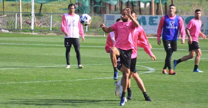 Mario Ortiz intenta controlar el balón ante un compañero.
