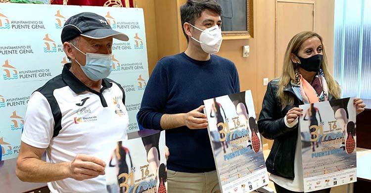 De izquierda a derecha Miguel Ríos, el concejal de Deportes de Puente Genil, José Antonio Gómez, y Sandra Martínez, presidenta del Club Amigos del Canal.