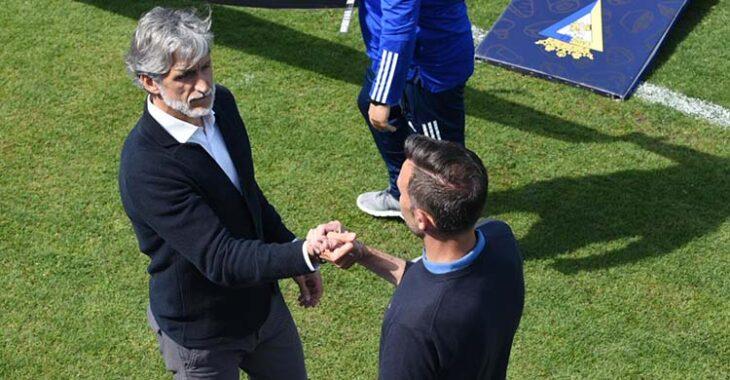 Pablo Alfaro saludando al técnico del Cádiz B Cifuentes.