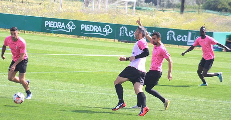 Piovaccari abre el juego ante la presión de Miguel de las Cuevas.