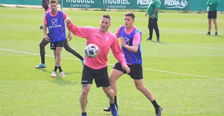Piovaccari intenta controlar el balón ante Alberto Ródenas.