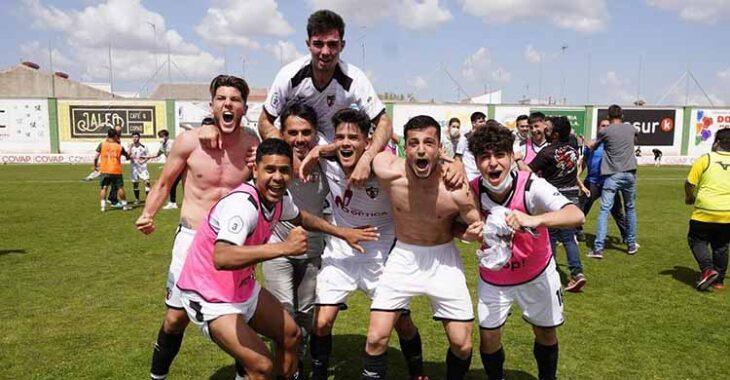 Los jugadores del Pozoblanco celebrando a la grande su histórica remontada.Los jugadores del Pozoblanco celebrando a la grande su histórica remontada.