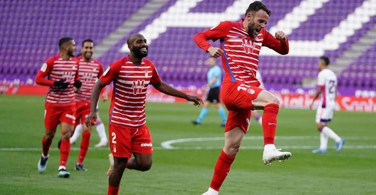 Quini celebrando su primer gol en Primera con el Granada en Valladolid.