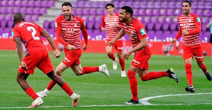 Eufórico. Quini celebrando su primer gol en la élite con sus compañeros.Eufórico. Quini celebrando su primer gol en la élite con sus compañeros.