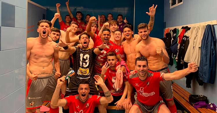La plantilla del Pozoblanco celebrando su victoria en Rota (1-4).
