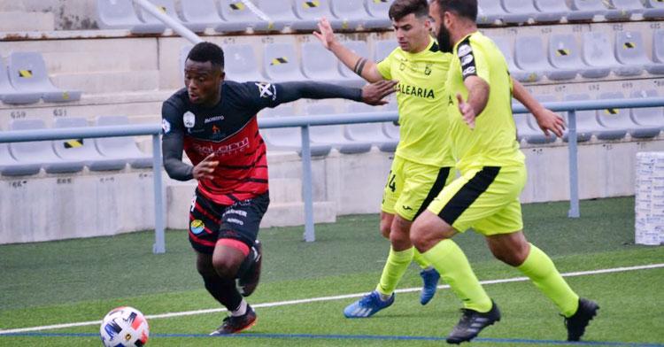 Félix Chenkam buscando la jugada de ataque. Foto: Tino Navas / Salerm Puente Genil