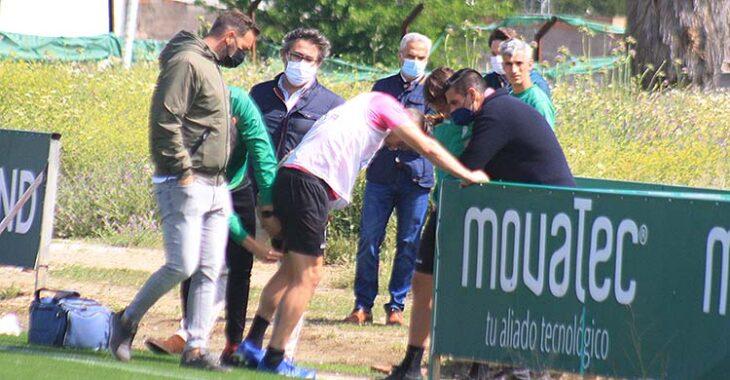 Samu Delgado echándose la mano a su pierna mientras es consolado por Juanito y Javier González Calvo, entre otros.