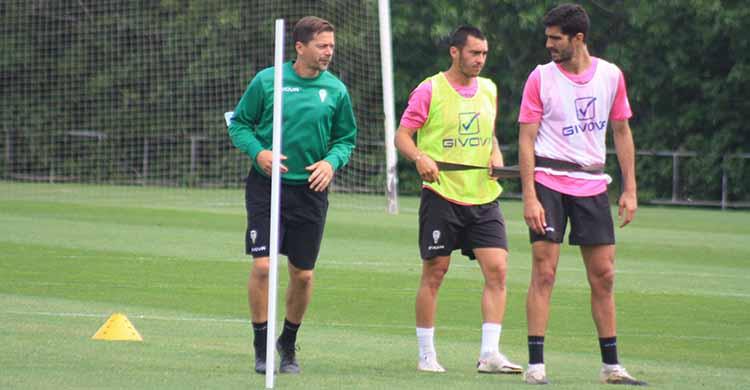Víctor Salas durante el entrenamiento de este miércoles junto a Moutinho y Bernardo Cruz.