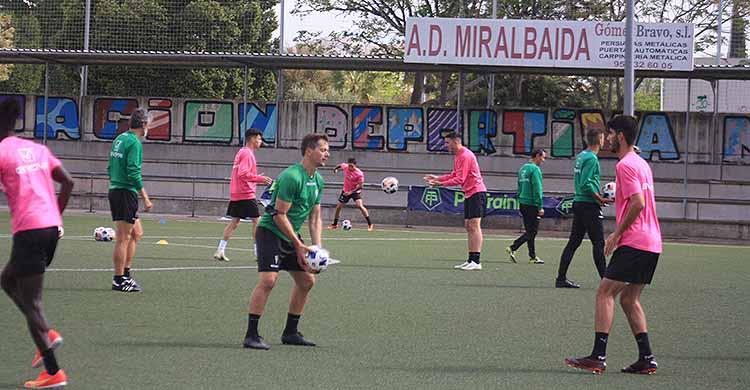 Ricardo Visus esperando el balón de Víctor Salas, con Pablo Alfaro al fondo siguiendo las evoluciones de Ródenas y Luismi.