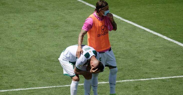 Willy consolado por Farrando tras la derrota ante el Cádiz B.Willy consolado por Farrando tras la derrota ante el Cádiz B.