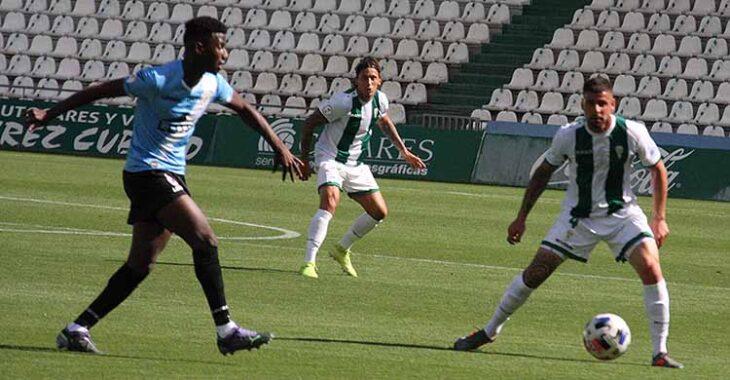 Manu Farrando al fondo actuando por primera vez de central en liga, con Xavi Molina tapando en el pivote a un jugador de La Balona.