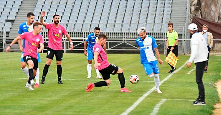 Los jugadores del Xerez CD y del Ciudad de Lucena disputan un balón ante las atentas miradas de Dimas Carrasco y Esteban Vigo. Foto: Ciudad de Lucena.