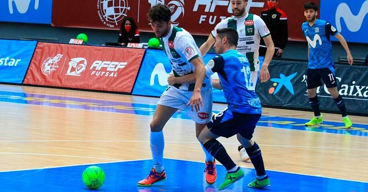 Zequi peleando un balón en la cancha del Inter. Foto: Córdoba Futsal