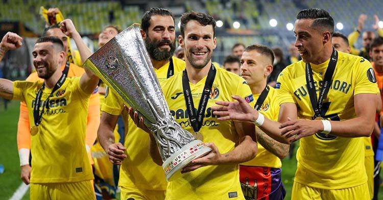 Alfonso Pedraza con la Europa League conquistada con el Villarreal.