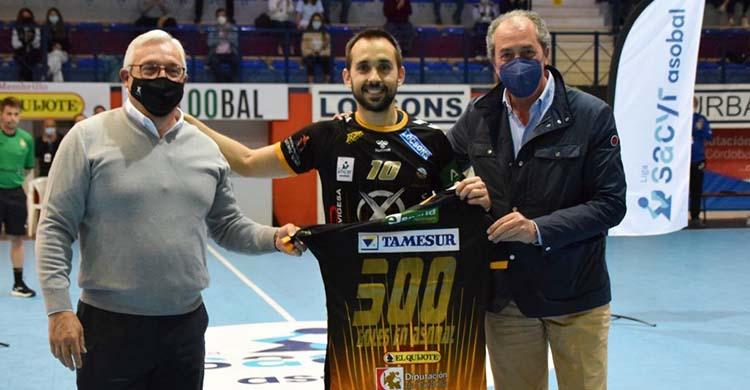 José Cuenca recibiendo hace unas semanas la camiseta conmemorativa de sus 500 goles en Asobal de Mariano Jiménez y Francis Pérez.