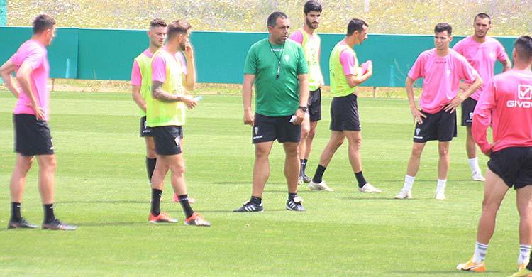 Germán Crespo, entre Nahuel Arroyo y Luismi, dando instrucciones a sus hombres esta semana.