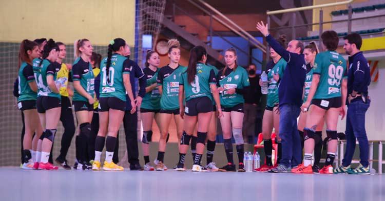 Las jugadoras fuensantinas escuchan a Rafa Moreno en un tiempo muerto. Foto: Fran Pérez / Balonmano Adesal