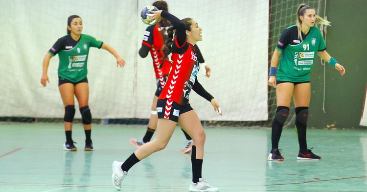 Alba Sánchez ordenando un ataque del Zuazo. Foto: Fran Pérez / Balonmano Adesal