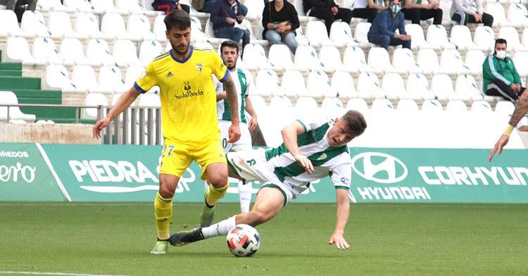 Alberto Del Moral pugnando por un balón ante un cadista.