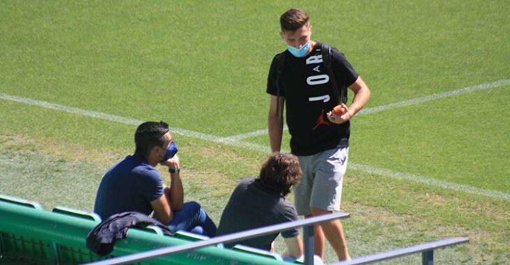 Alberto el Moral saludando a Juanito y Raúl Cámara tras realizar una sesión específica de recuperación.