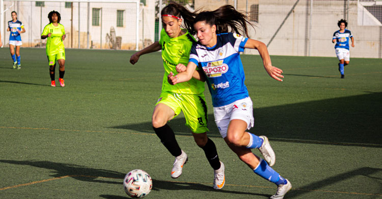 Loba tapando a una jugadora del Alhama. Foto: Alhama ElPozo