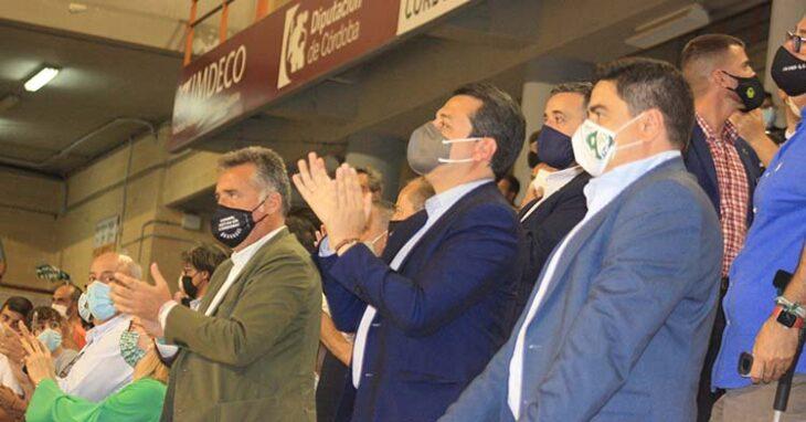 El alcalde, José María Bellido, aplaudiendo el esfuerzo de los cordobeseistas junto a su presidente.