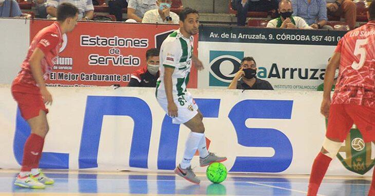 Caio César pisado el balón ante un jugador de ElPozo.