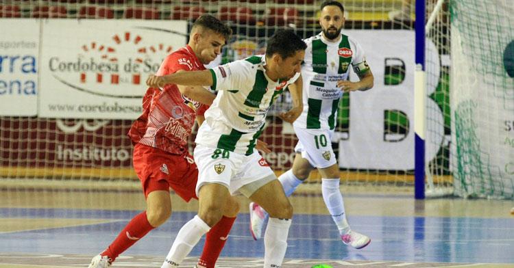 Manu Leal, atento a la disputa de Caio César con un jugador de ElPozo Murcia. Foto: Córdoba Futsal