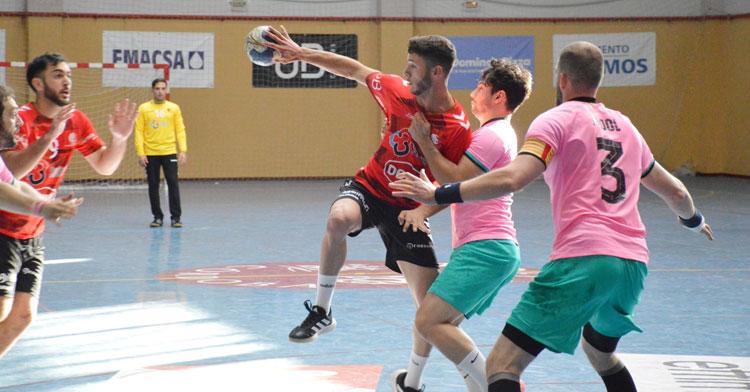Carlos León intenta dejar el balón atrás hacia Esteban López. Foto: CBM