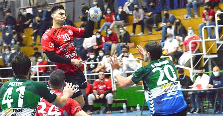 Daniel Ayala intenta volar en un ataque cajista. Foto: Cajasur CBM