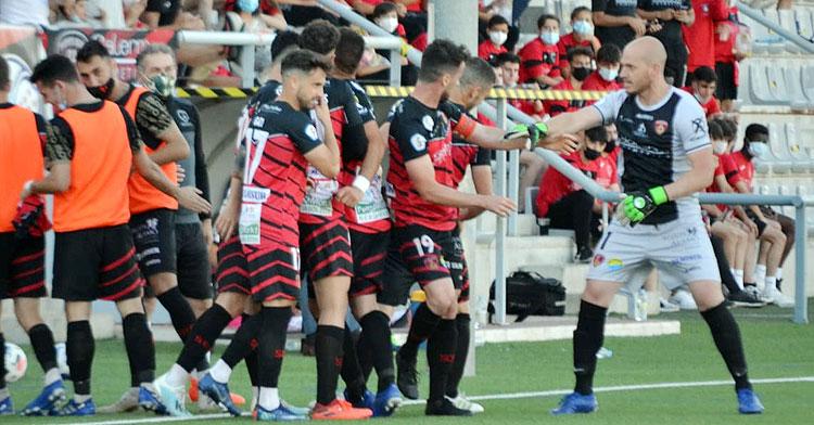 Los jugadores del Salerm Puente Genil celebrando el único gol del partido. Foto: Tino Navas / Salerm Puente Genil