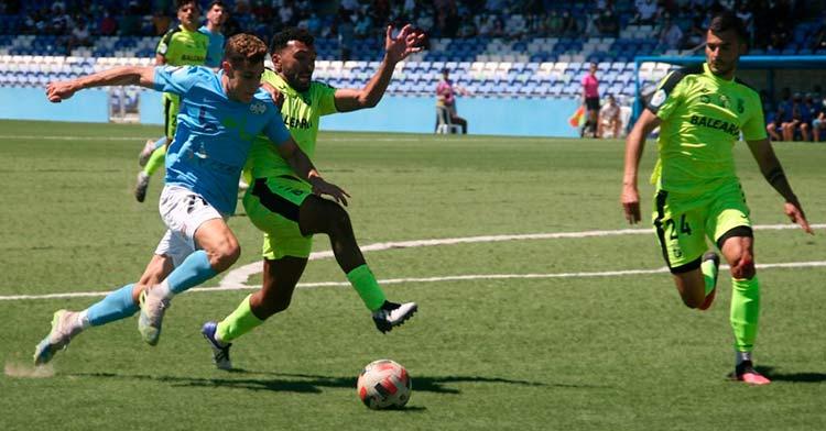 Michael pelea un balón con un jugador del Ceuta. Foto: Ciudad de Lucena.