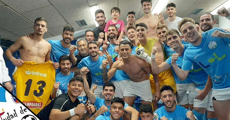 La alegría de la plantilla del Ciudad de Lucena tras el triunfo (1-0) ante el Xerez CD. Foto: Ciudad de Lucena.