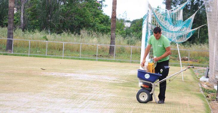 Un operario de Ronald Vera trabajando en la Ciudad Deportiva esta semana.Un operario de Ronald Vera trabajando en la Ciudad Deportiva esta semana.