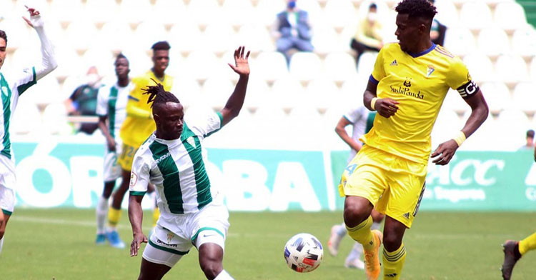 Moussa Sidibé intentando un quiebro en el último partido liguero. Foto: Charo Tobajas / CCF