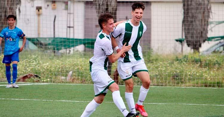 Dos jugadores del Córdoba Juvenil, Juanma y Santi, celebrando un tanto. Foto: CCF