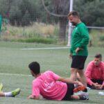 David Ortega departiendo con sus jugadores a la conclusión del entreno, con Visus estirando.