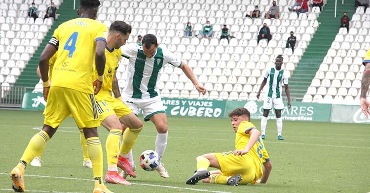 De las Cuevas entre varios jugadores del Cádiz B en el último partido de la pasada temporada.