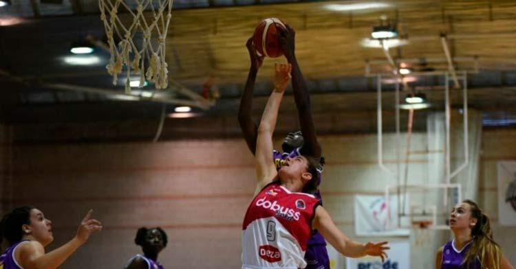 Marta Martínez en un lance del partido. Foto: Federación Andaluza de Baloncesto.