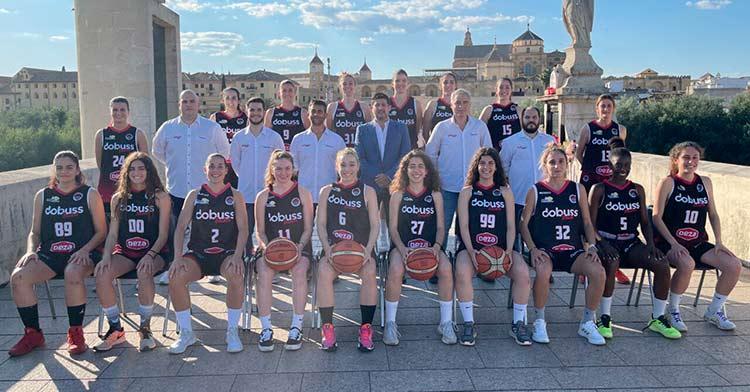 La plantilla del Dobuss Córdoba Basket posando.