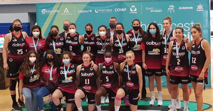 Las jugadoras del Dobuss con su trofeo y respectivas medallas. Foto: FAB