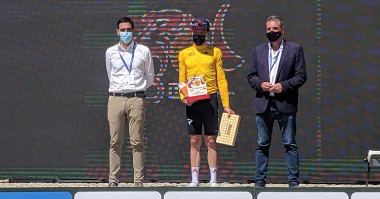 Ethan Hayter con el maillot amarillo tras la ganar la etapa